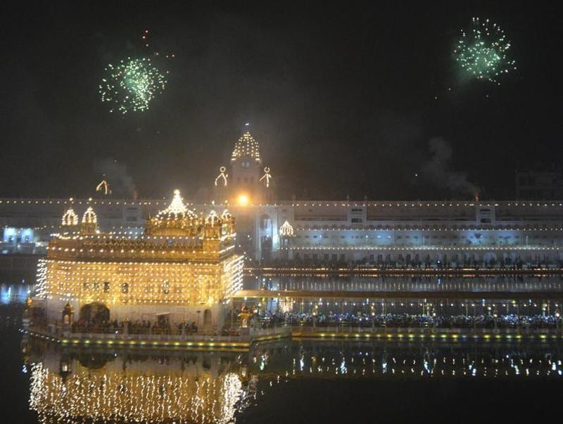 Fireworks at Golden Temple in Amritsar on the occasion of gurpurab on Saturday.  (Sameer Sehgal/HT Photo)