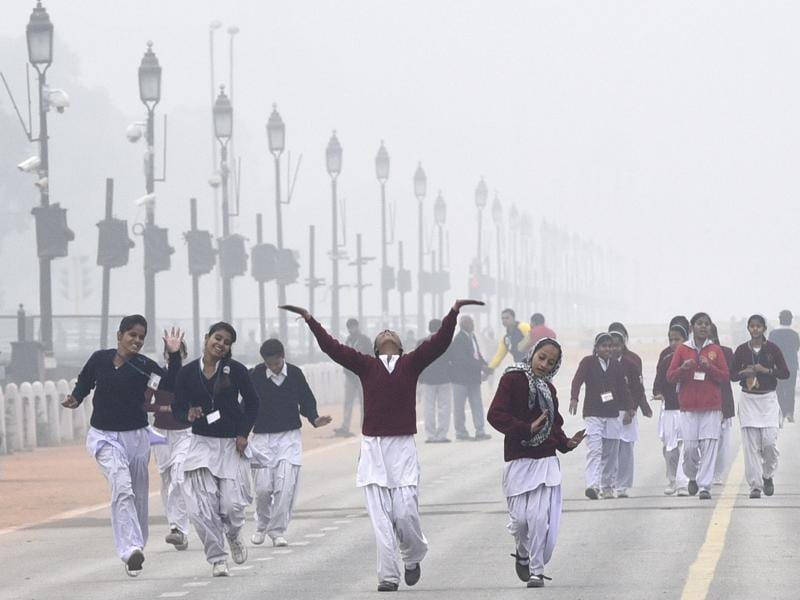 School Students participating in the upcoming Republic Day parade 2016 enjoy foggy weather after rehearsals at Rajpath. (Sonu Mehta/HT)