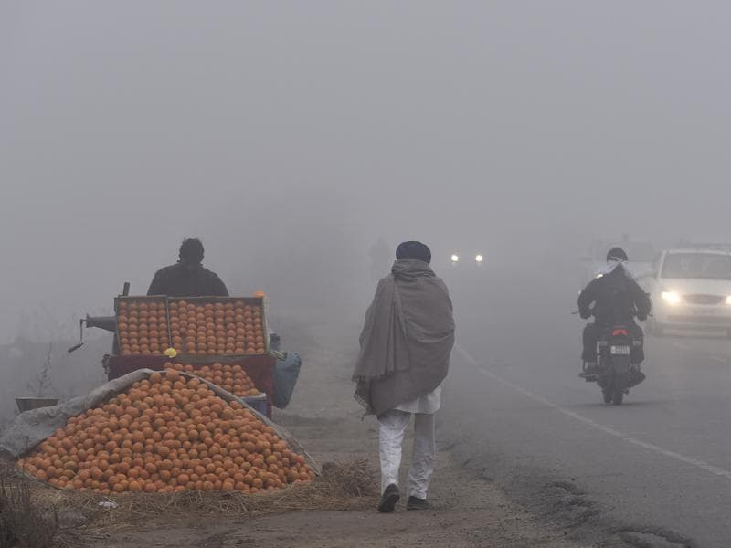 A roadside juice seller waiting for customers on a chilly morning in Amritsar on Monday. (Gurpreet Singh/HT Photo)
