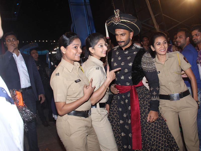 Cops pose with Ranveer Singh at the annual Mumbai Police Melawa show in Mumbai on January 19, 2016.  (Viral Bhayani/HT)