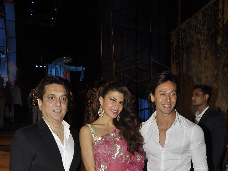Jacqueline Fernandes poses with Tiger Shroff at the annual Mumbai Police Melawa show in Mumbai on January 19, 2016.  (Viral Bhayani/HT)