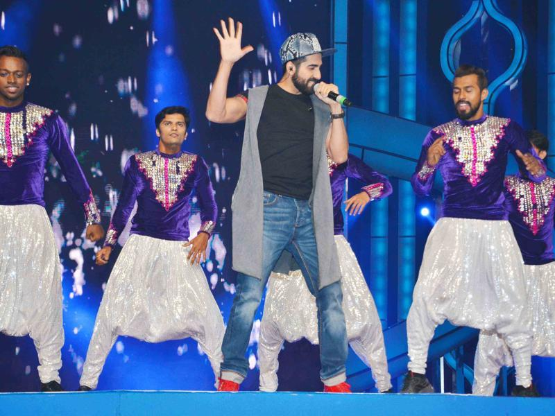 Ayushmann Khuranna entertained fans with his singing and dancing at the annual Mumbai Police Melawa in Mumbai. (Yogen Shah/HT)