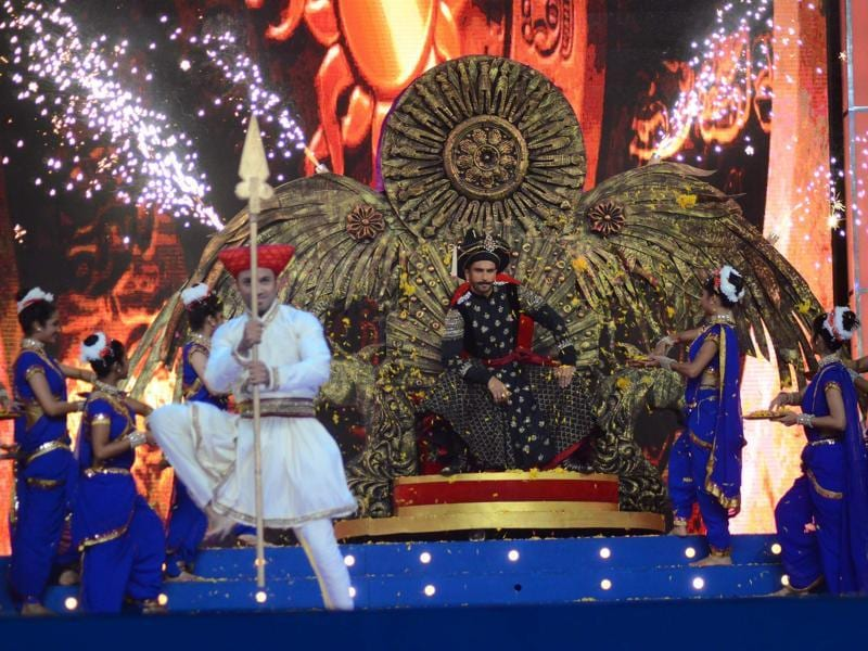 Ranveer Singh made  a grand entry on the stage at Umang Festival 2016. (Viral Bhayani/HT)