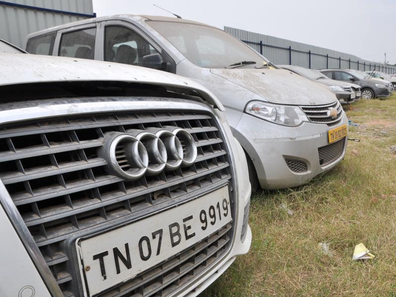 The bargain price of these cars depends on their make, year of manufacturing and the extent of damage the floods have caused. An auctioneer said it is possible to get a high-end luxury model at 40% of the ex-showroom price. (V Srinivasulu / HT Photo)
