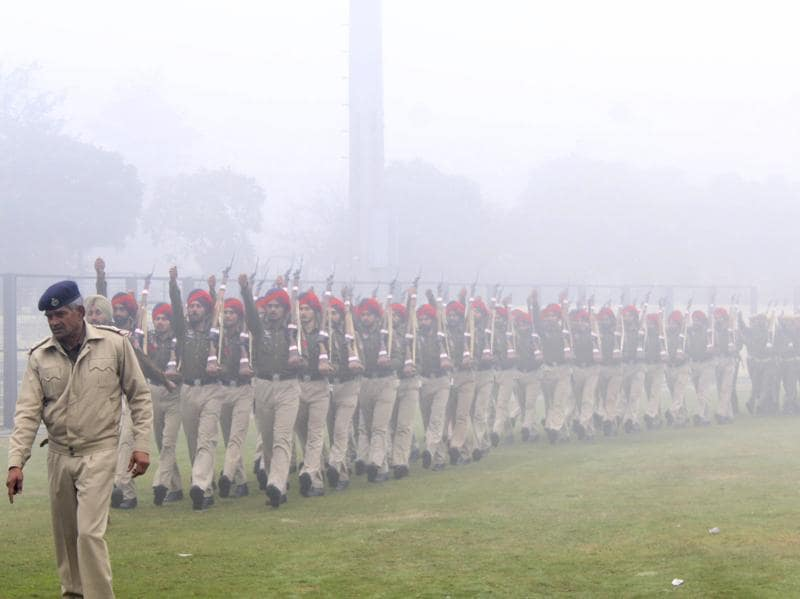 Dense fog prevails as Haryana Police rehearse for the Republic Day Parade. (Parveen Kumar/HT Photo)