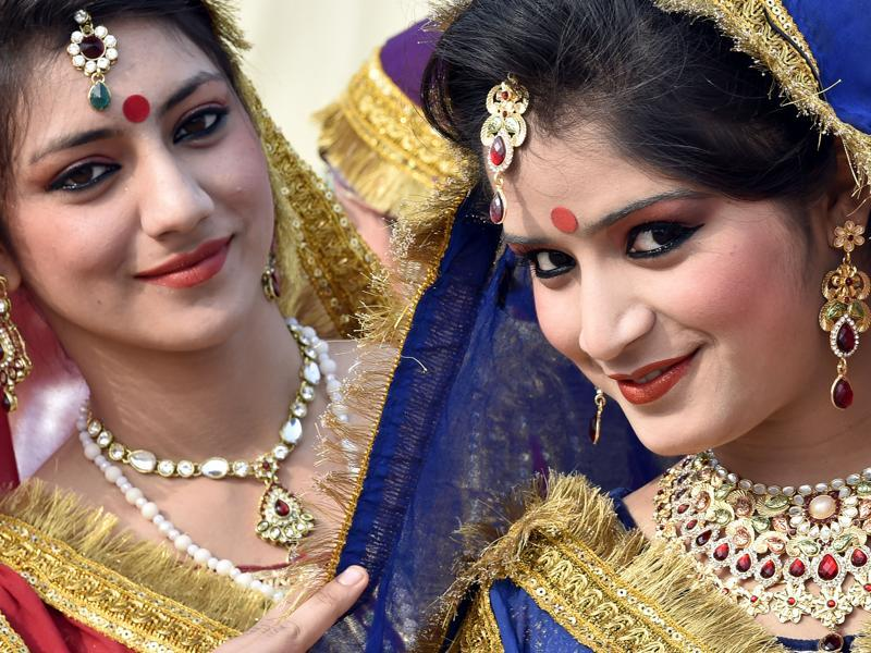 Artistes from Jammu and Kashmir are all dressed up for a press preview of tableaux participating in this year's Republic Day parade in Delhi. (Ajay Aggarwal/ HT Photo)
