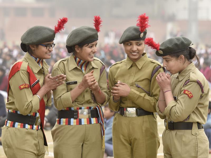 NCC cadets shiver in cold during the Republic Day rehearsal parade in Amritsar. (Gurpreet Singh/HT Photo)