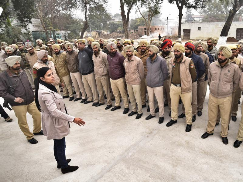 "Police personnel in Amritsar being instructed to be alert after the ""carjacking incident"" on Saturday.  (Gurpreet Singh/HT Photo)"
