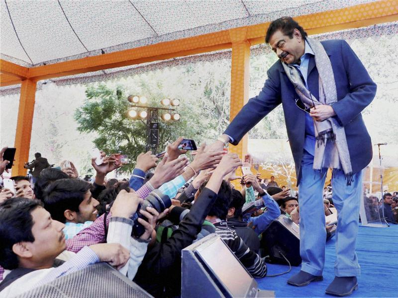 Bollywood actor & BJP MP Shatrughan Sinha greets fans during a session at Jaipur Literature Festival at Diggi Palace in Jaipur on Monday.  (PTI)