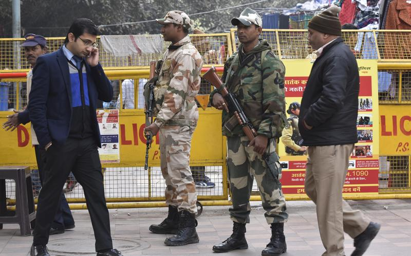 Security Personnel on alert on Republic day eve. (Raj K Raj/HT)
