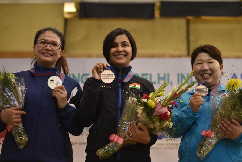 Sidhu poses for a photograph with her fellow medal winners. (Ravi Choudhary/ HT Photo)