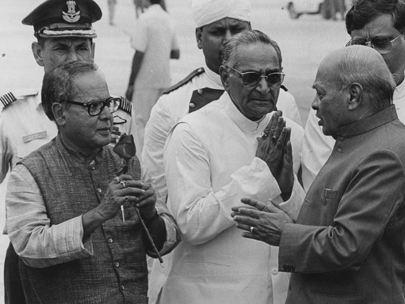 File photo former prime minister PV Narasimha Rao being given a warm send off by Pranab Mukherjee and former UP governor Motilal Vora at the Delhi airport, in 1995.  (HT File Photo)