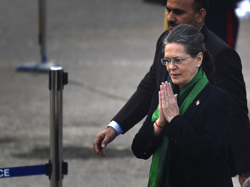 Congress president Sonia Gandhi arrives for the Beating Retreat ceremony. (Ajay Aggarwal/HT Photo)