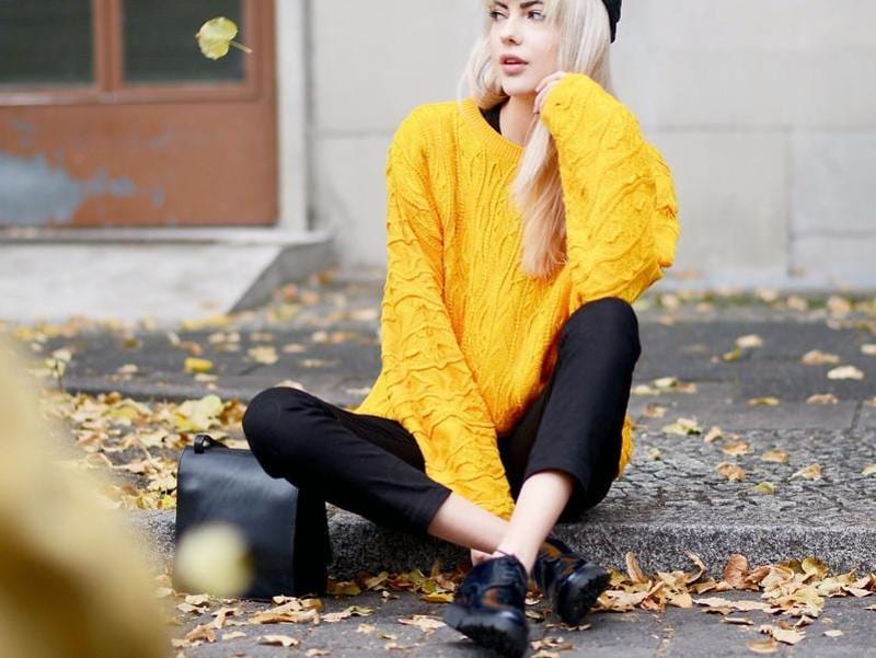 Ebba in a bright yellow sweater and black pants. (lookbook.NU)