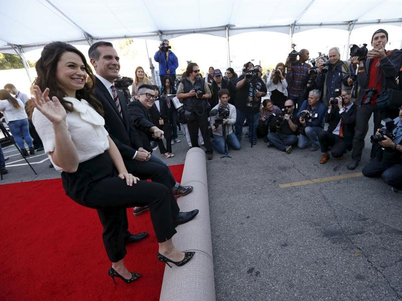 Los Angeles Mayor Eric Garcetti with actors Katie Lowes and Lea DeLaria symbolically roll out red carpet during preparations for the 22nd annual Screen Actors Guild Awards at the Shrine Auditorium in Los Angeles. (REUTERS)
