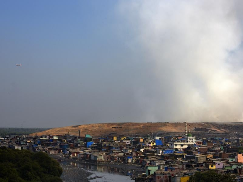 Smoke coming out from Deonar dumping ground. (Arijit Sen/HT)