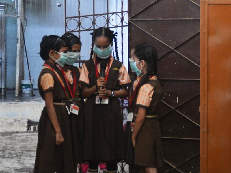 Kids were forced to cover the nose in order to protect them from the smoke which is coming from Deonar dumping ground at Shivaji Nagar in Mumbai. (Prashant Waydande/HT)