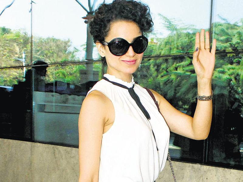 Kangana Ranaut waved for the shutterbugs at the airport. (Photo: Yogen Shah)