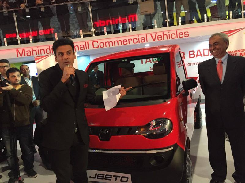 Actor Manoj Bajpai celebrates Mahindra Jeeto receiving the small commercial vehicle of the year award. during Day 2 of the Expo (Ravi Choudhary/ HT Photo)