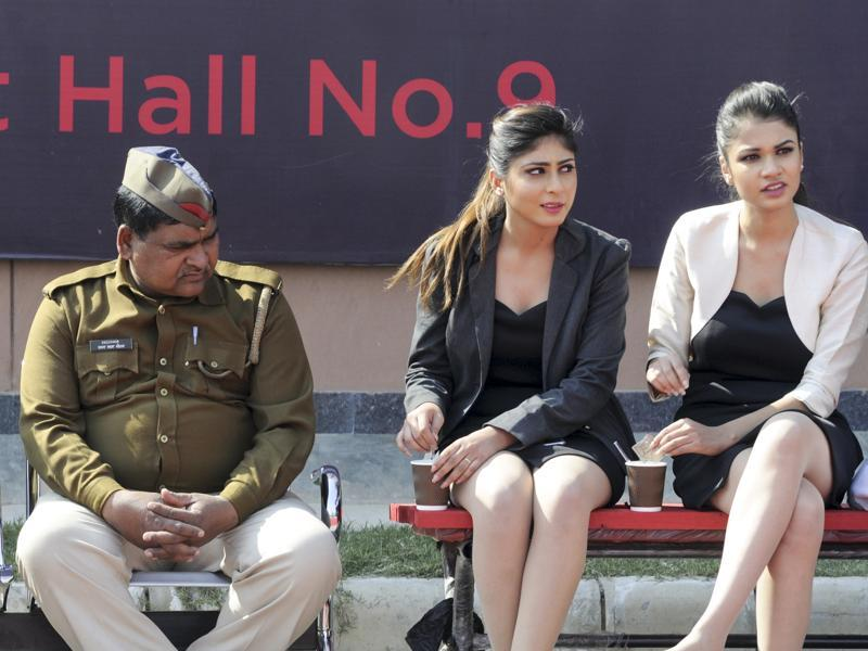 Models participating in the auto expo take a lunch break. (sunil ghosh/ HT Photo)