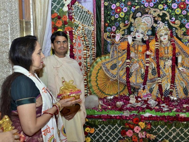 Mathura: Bollywood actress & BJP MP Hema Malini during inauguration ceremony of Sri Priyakantju Temple in Vrindavan, Mathura on Monday. PTI Photo (PTI2_8_2016_000253B) (PTI)
