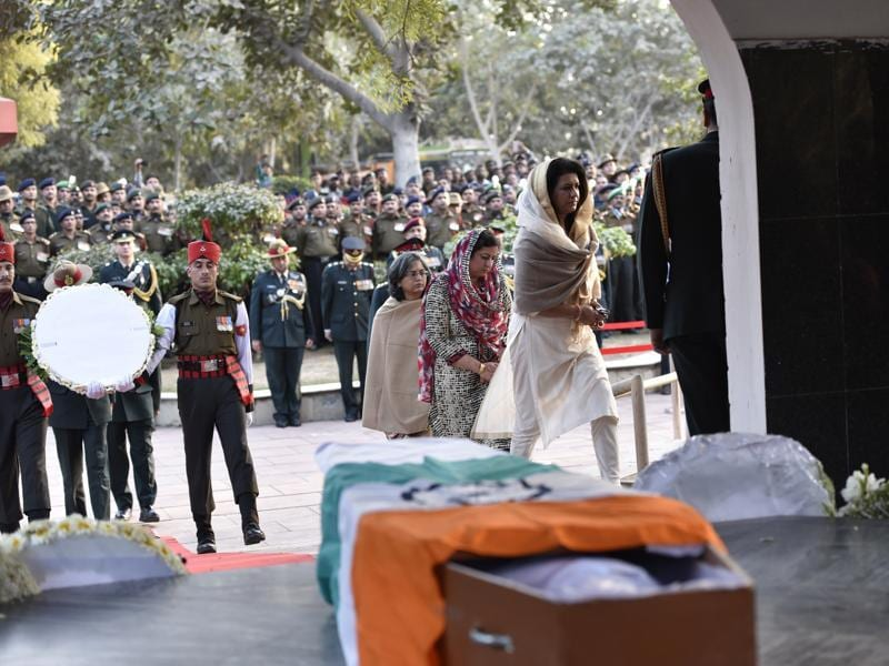 Namita Suhag, wife of Army chief General Dalbir Singh,  attends the wreath-laying ceremony of rescued soldier Lance Naik Hanumanthappa. (Arun Sharma/ HT Photo)
