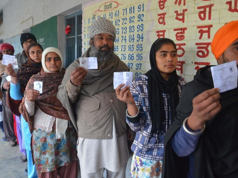 The voting began on a slow  note on Saturday .  Only 5 per cent votes were polled  in the first two hours. (Sameer Sehgal/ HT)