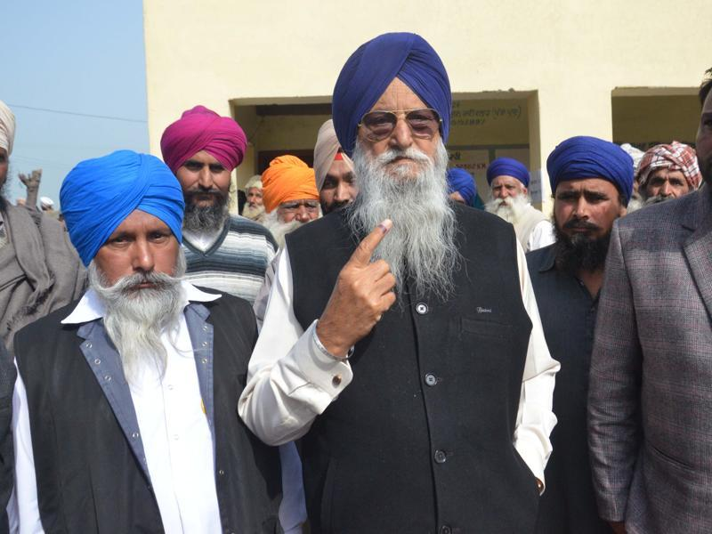 SAD  MP Ranjit Singh Brahmpura shows his ink-marked finger after casting his vote.  His son Ravinder Singh Brahmpura  is contesting for the Khadoor Sahib seat.  (Sameer Sehgal/ HT)