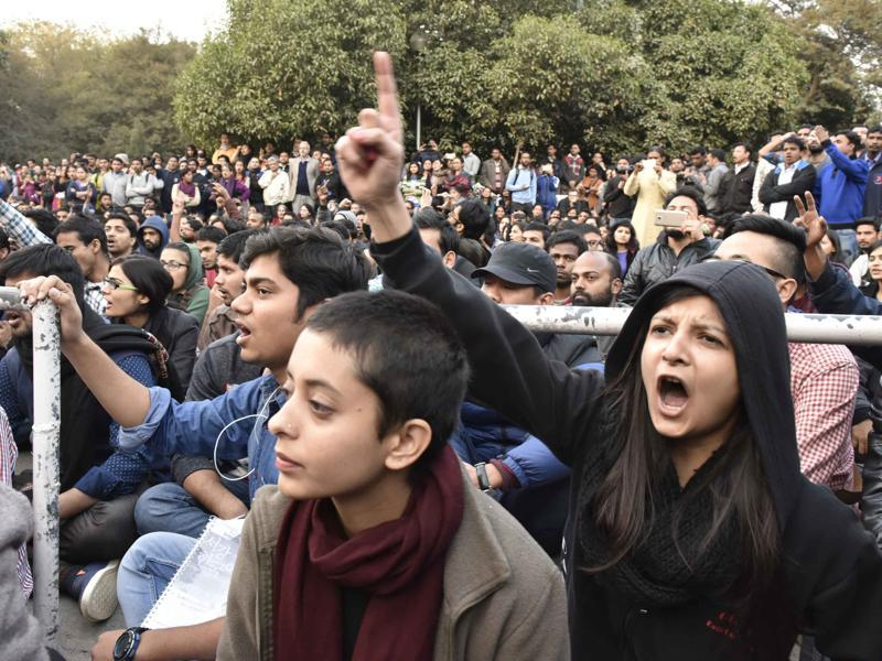 JNU students protest demanding the release of student union president Kanhaiya Kumar. (Vipin Kumar/HT Photo)
