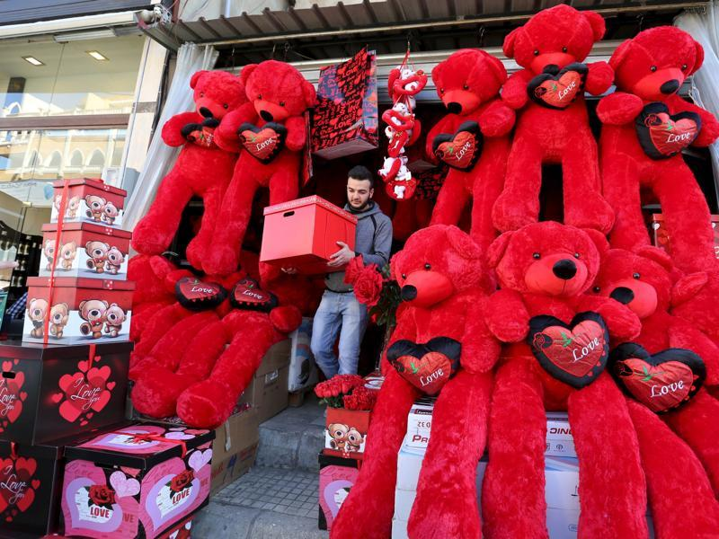 A man shops for Valentine's Day in Beirut's southern suburbs, Lebanon on February 12, 2016.  (REUTERS)