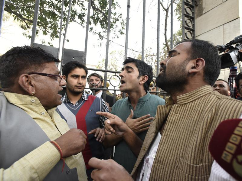 The lawyers allegedly manhandled students and journalists at the Patiala House Court and shouted pro-India and anti-JNU slogans. They also assaulted the pro-JNU protesters in the court premises during the hearing on Monday. (Sonu Mehta/HT Photo)