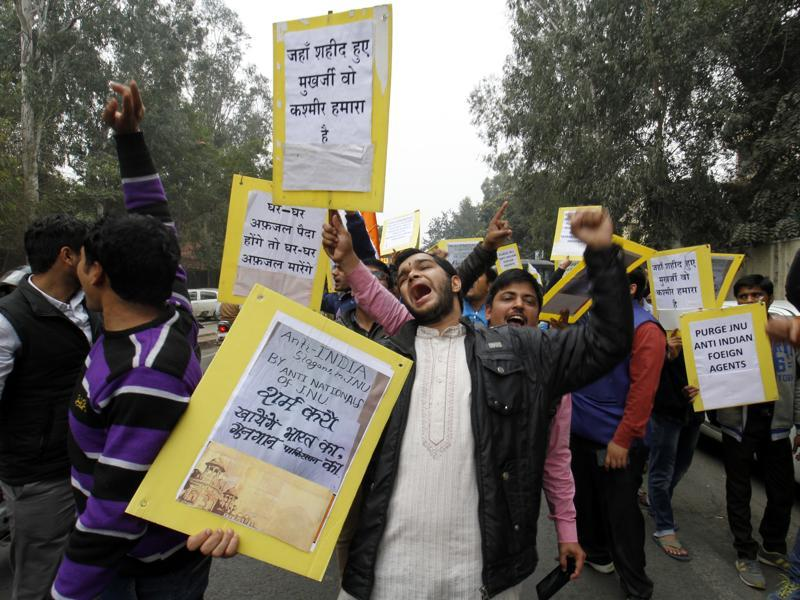 Delhi University students protest against 'anti national elements' at North Campus. (Sanchit Khanna/HT Photo)