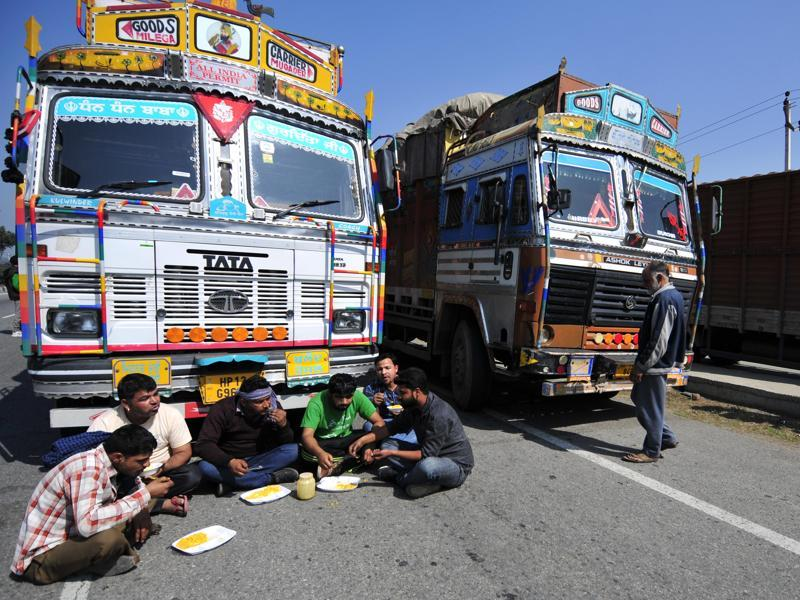 Truck drivers having lunch on NH 44 after road blocks by Jat supporters near Karnal in Haryana. With little police presence and emergency helplines down, people in many areas formed local committees to protect themselves from the mob. (Ravi Kumar/HT Photo )