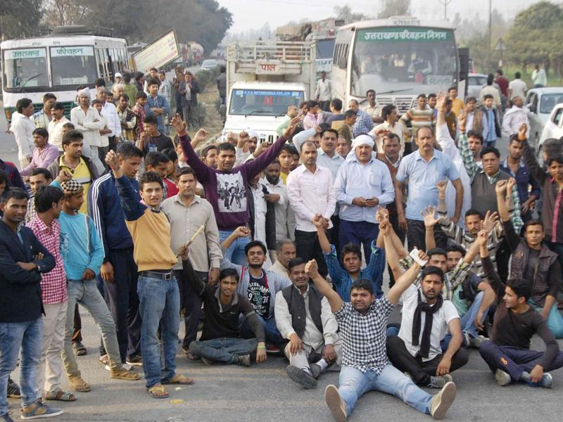 Road Jammed by Jat Community members on Delhi-Dehradun Highway in Muzaffarnagar. The government has struggled to keep the lid on Jats with protests spreading to other parts such as Rajasthan and western Uttar Pradesh. (HT Photo )
