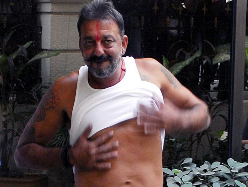 Sanjay Dutt arrives at his Bandra resident in 2014 after securing 14-days parole. The actor showed how much weight he had lost in jail. (HT Photo)