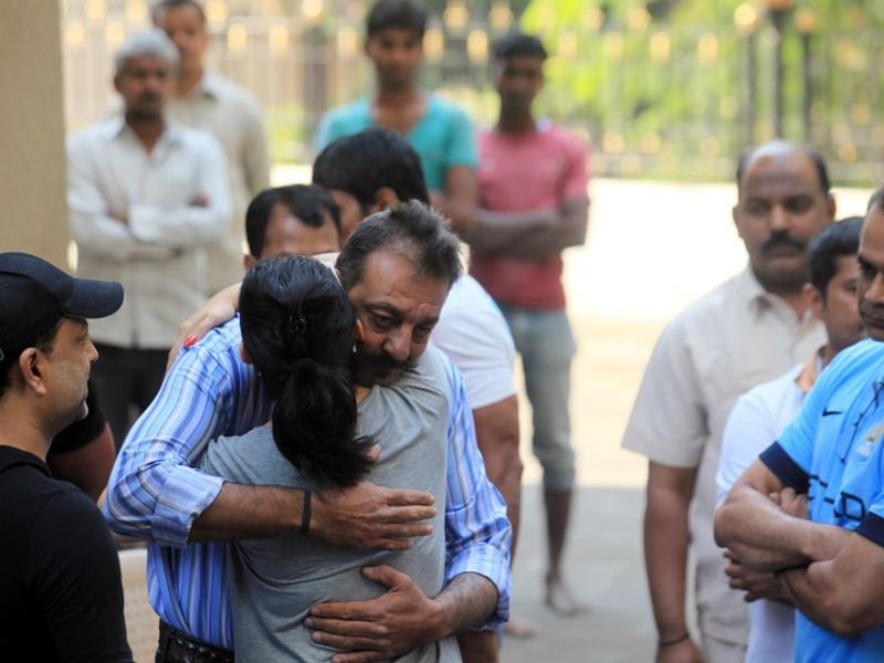 Bollywood actor Sanjay Dutt bids farewell to his wife wife Manyata as he leaves his residence to return to jail after Yerwada prison authorities rejected his plea for the extension of his furlough in 2015. (HT Photo)