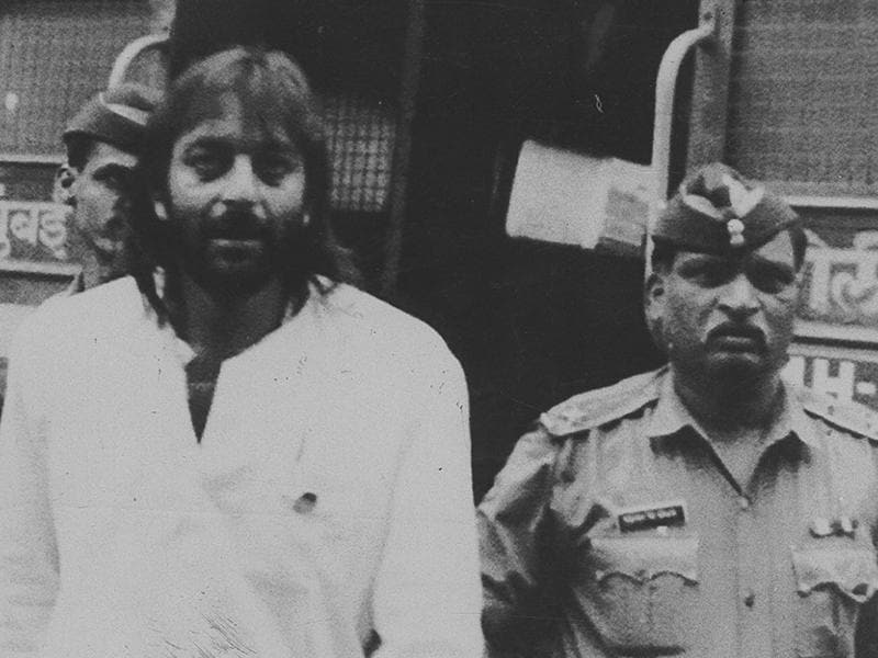 Sanjay Dutt entering Tada court escorted by policemen in the-then Bombay in 1994. The star was arrested on April 19, 1993, for possession and destruction of an AK-56 rifle. (HT Photo)