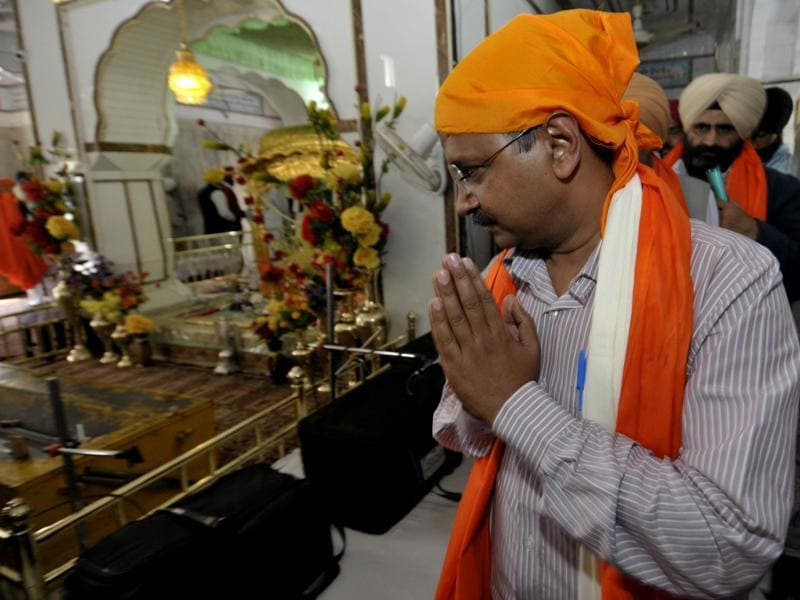 Delhi CM and AAP convener Arvind Kejriwal paying obeisance at a gurdwara in Bhikhiwind  village on Saturday.  (Ravi Kumar/HT)