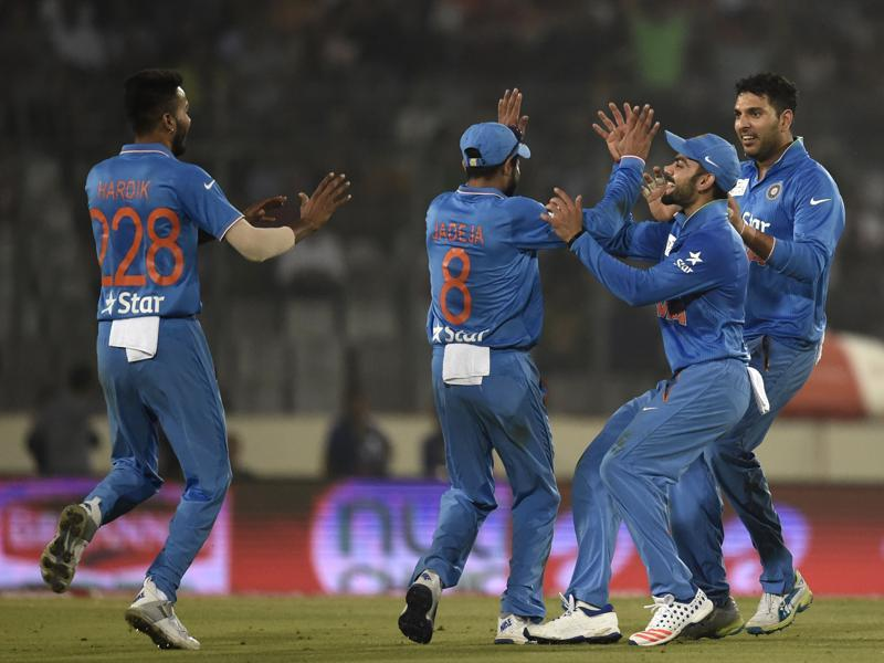 India's Ravindra Jadeja (2L) celebrates with teammates after the dismissal of Pakistan's Sarfraz Ahmed. (AFP Photo)
