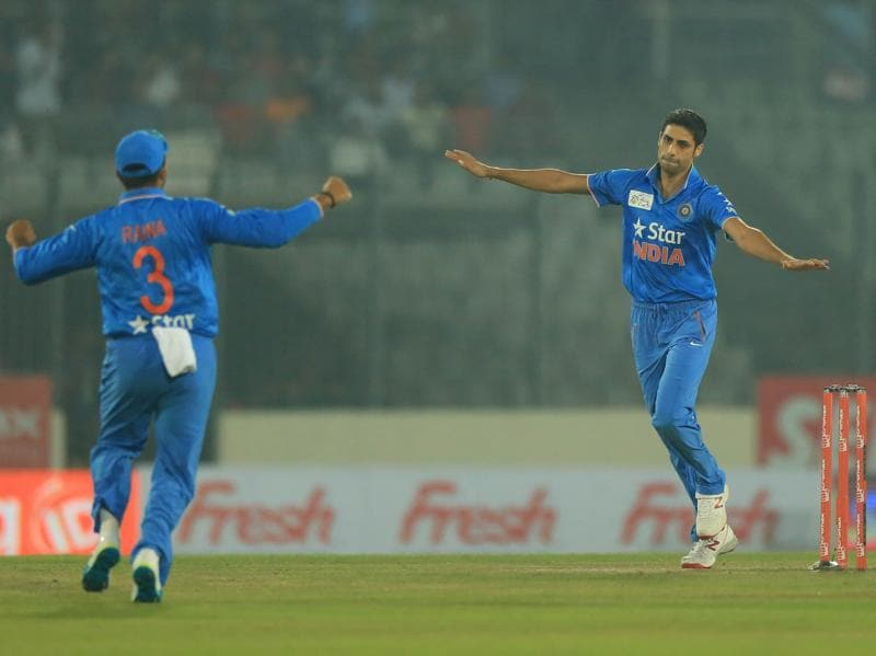 Ashish Nehra (R) celebrates after the dismissal of Pakistan's Mohammad Hafeez. (AFP Photo)
