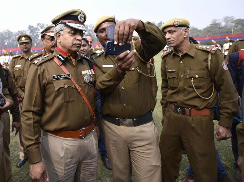 BS Bassi poses for a selfie with a policeman at Parade Ground. (Arun Sharma/HT Photo)