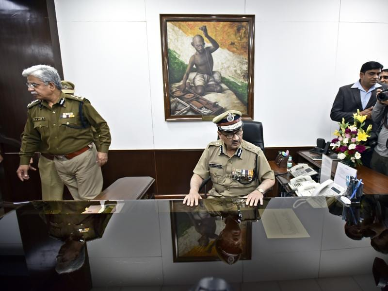 BS Bassi with newly-appointed police commissioner Alok Kumar Verma. (Arun Sharma/HT Photo)