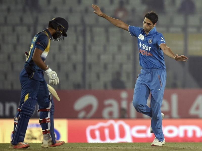 Ashish Nehra (R) reacts after his dismissal of Dinesh Chandimal (L). (AFP Photo)