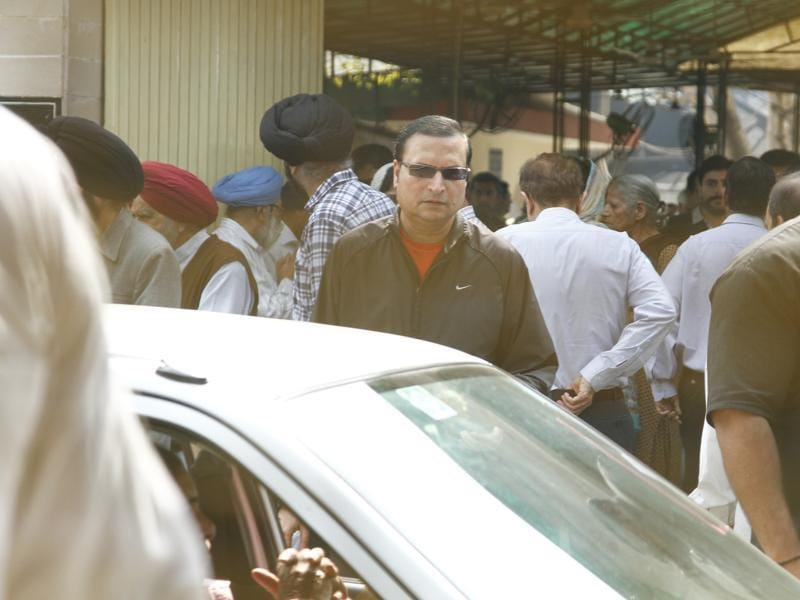 TV Journalist Rajat Sharma at the cremation of Colonel Ramesh Chandra Chibba. (Waseem Gashroo/Hindustan Times)