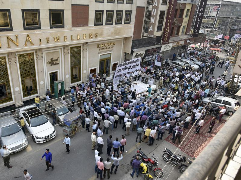 Jewellers in Karol Bagh gather to listen speeches against the proposal. (Ravi Choudhary/HT Photo)