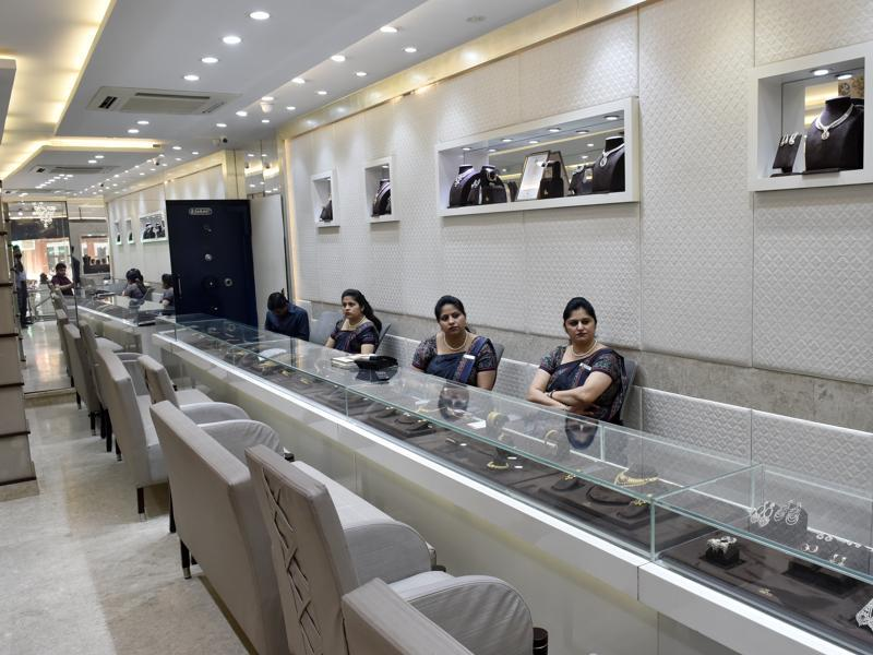 Employees of a jewellery showroom in Delhi wait for customers. Finance minister Arun Jaitley has proposed to reintroduce a one-percent levy on some jewellery transactions, angering the industry. (Ravi Choudhary/HT Photo)