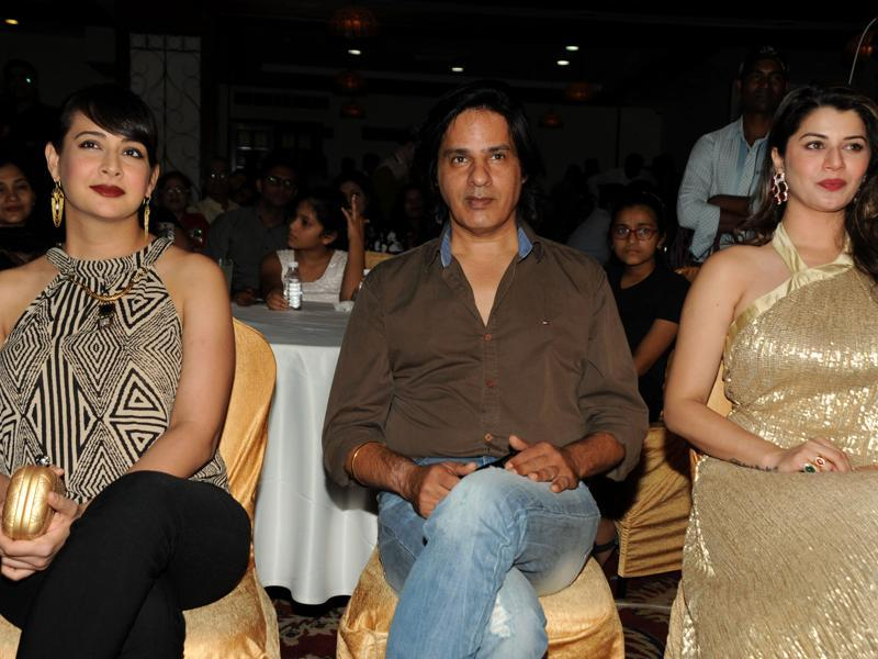 (L-R) Indian Bollywood actors Preeti Jhangiani, Rahul Roy and Kainaat Arora attend an event in honour of Bollywood music director and singer Anu Malik at The Pride of Industry awards in Mumbai on March 2, 2016.  (AFP)