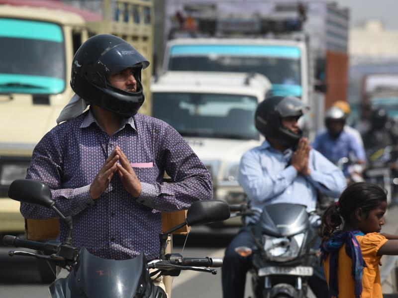 Motorist offer prayers as they stop on road on Shivratri at Shiva Temple on NH-8. (Vipin Kumar/HT Photo)