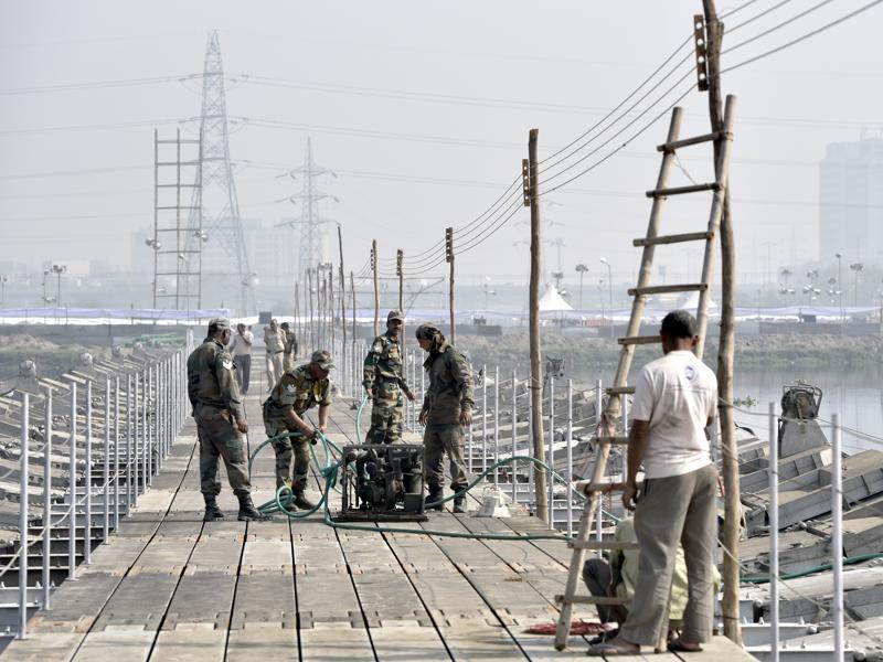 Army jawans take stock of the construction work of a pontoon bridge. (Sushil Kumar/HT Photo)