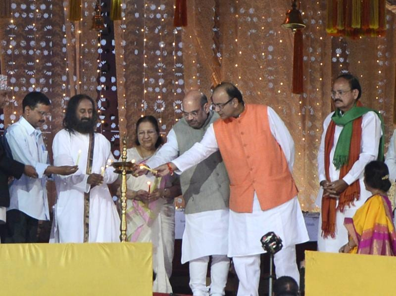 Art of Living founder Sri Sri Ravi Shankar ,Sumitra Mahahjan, Amit Shah , Arun Jaitley, Arvind Kejriwal and other dignitaries during the World Culture Festival on the banks of Yamuna River. (Virendra Singh Gosain/HT Photo)